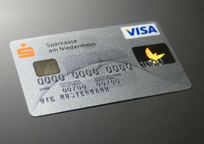 ¿Debo avisar a mi tarjeta de crédito cuando me voy de viaje?